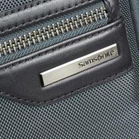 Material aus ballistischem Nylon mit Rindsleder-Details und Rotgussbeschlägen.